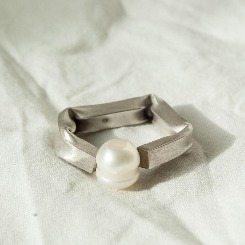 Squared ring Perla